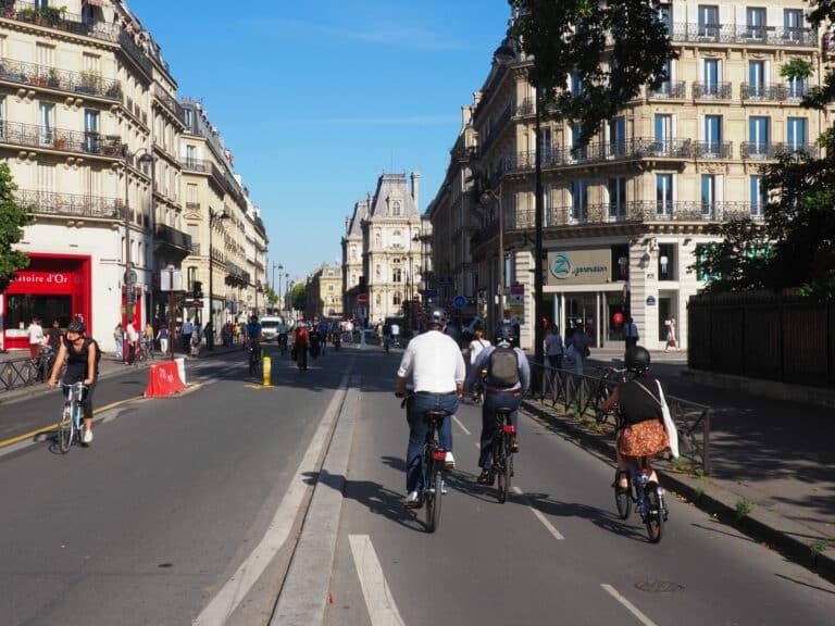 Zu sehen sind Fahrradfahrer auf den Straßen von Paris