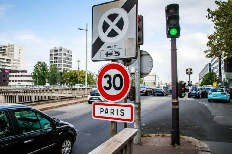 Zu sehen ist ein Tempo 30-Schild in Paris