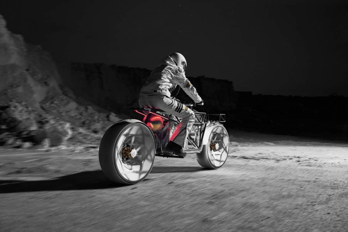 Ein Astronaut fährt ein Motorrad auf dem Mond