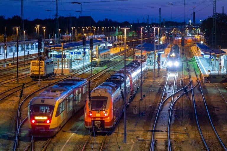 Zu sehen sind Züge auf Gleisen