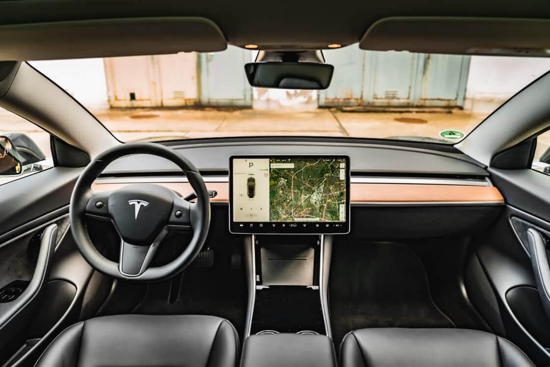 Zu sehen ist das Cockpit des Tesla Model 3
