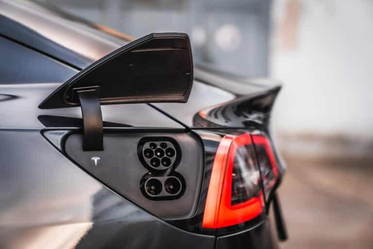 Zu sehen ist der Strom-Port des Tesla Model 3