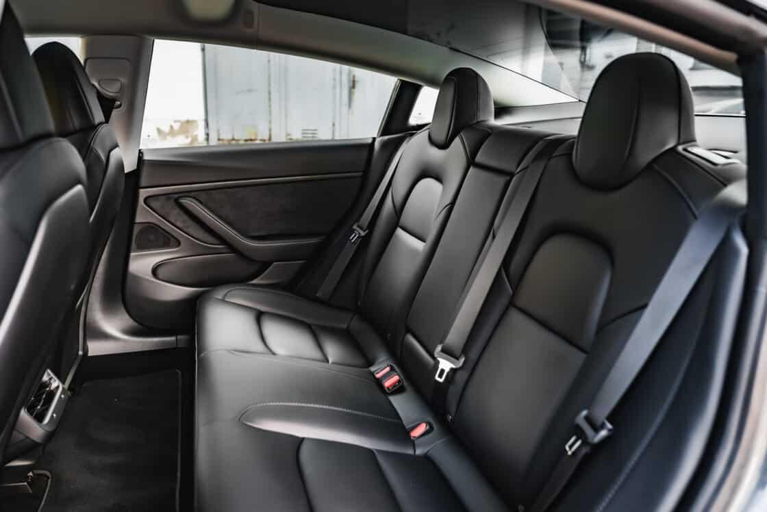 Zu sehen ist die Rückbank des Tesla Model 3