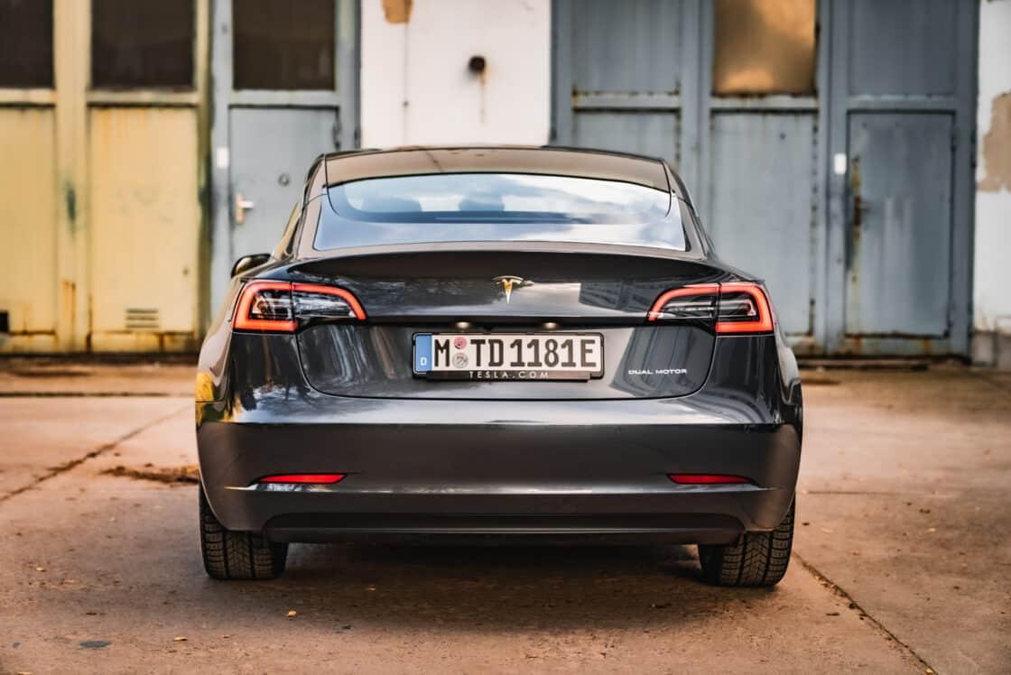 Zu sehen ist das Heck des Tesla Model 3