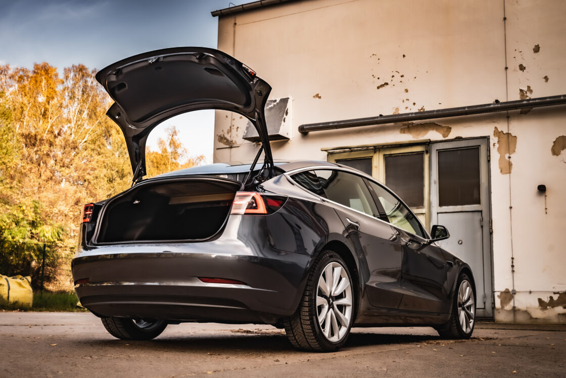Zu sehen ist der Kofferraum des Tesla Model 3