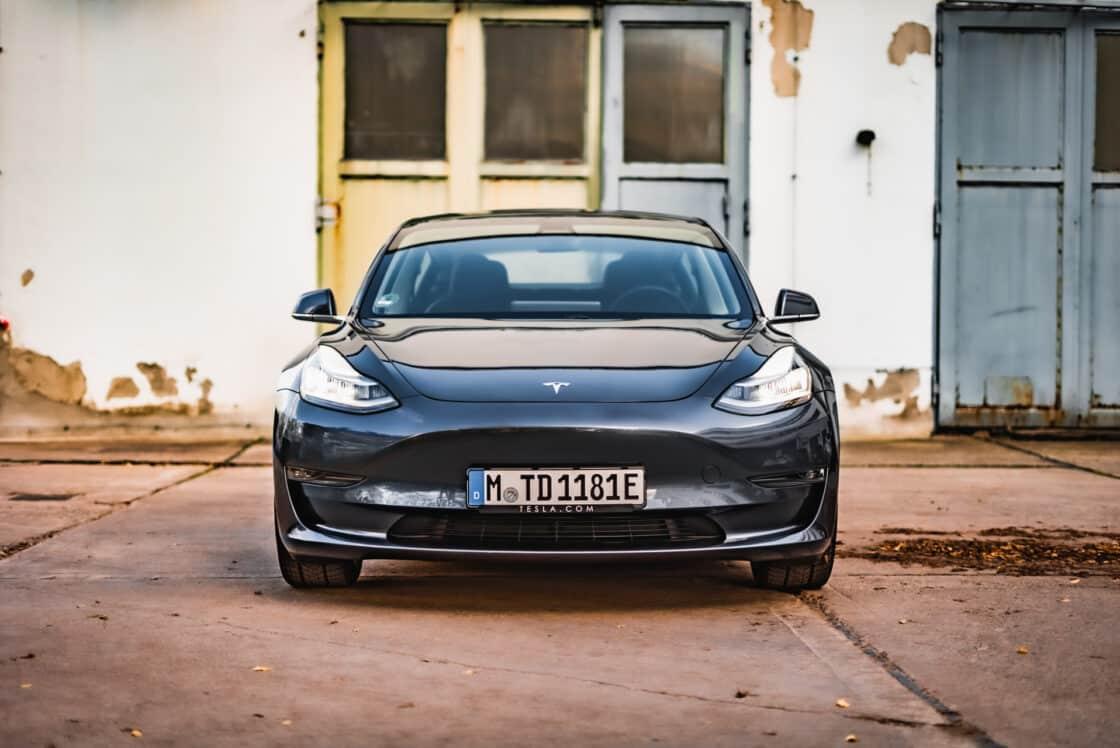 Zu sehen ist die Front des Tesla Model 3