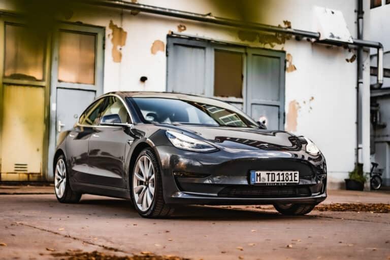Zu sehen ist das Tesla Model 3 von außen