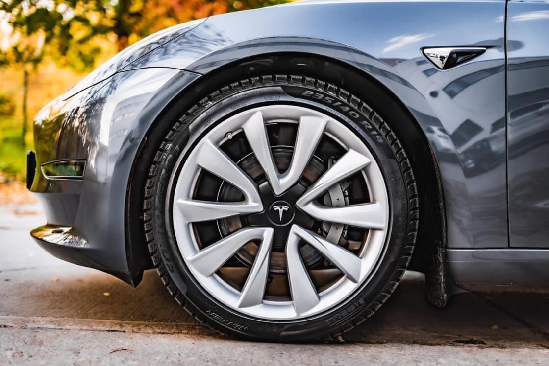 Zu sehen ist ein Reifen des Tesla Model 3
