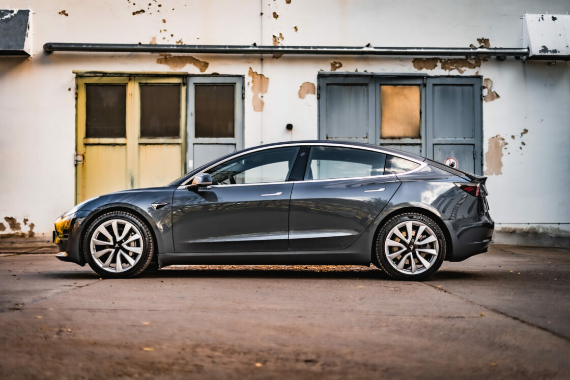 Zu sehen ist das Tesla Model 3 in seitlicher Position