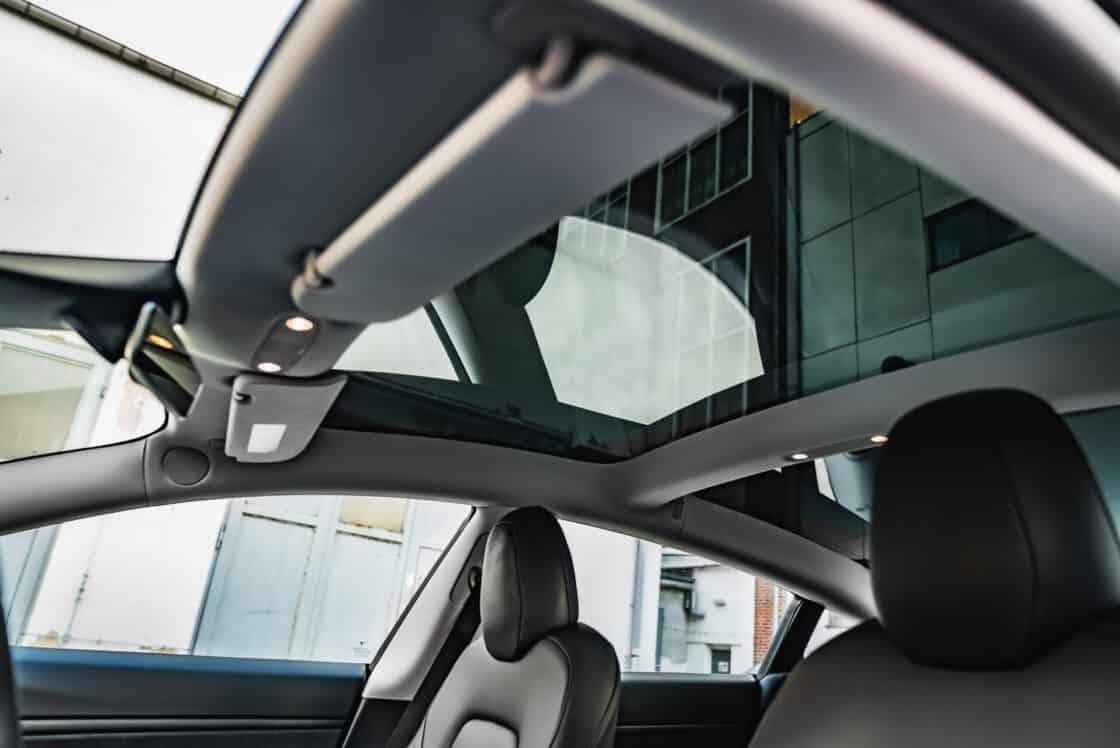 Zu sehen ist das Panaromadach des Tesla Model 3