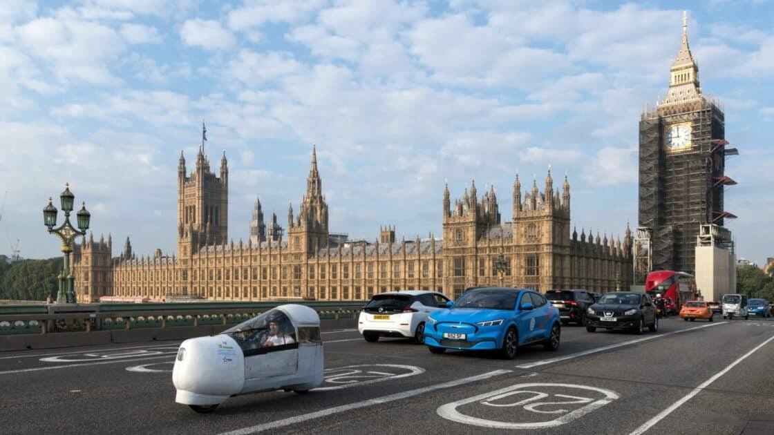 Zu sehen sind Elektroautos verschiedener Bauart in London