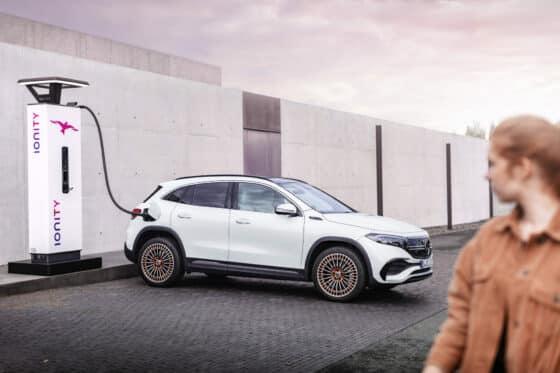 Ein Mercedes EQA hängt an einer Ladesäule von Ionity