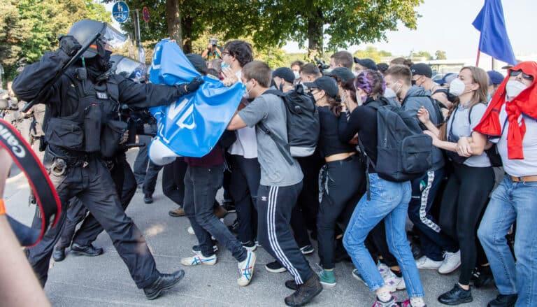 Zu sehen sind Aktivisten, die sich gegen die Polizei wehren