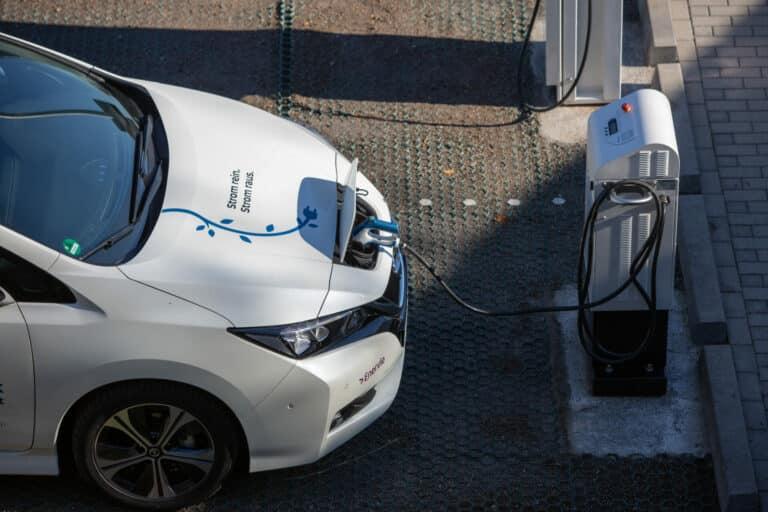 Bidirektionales laden: Der Nissan Leaf an einer Ladesäule. Er kann
