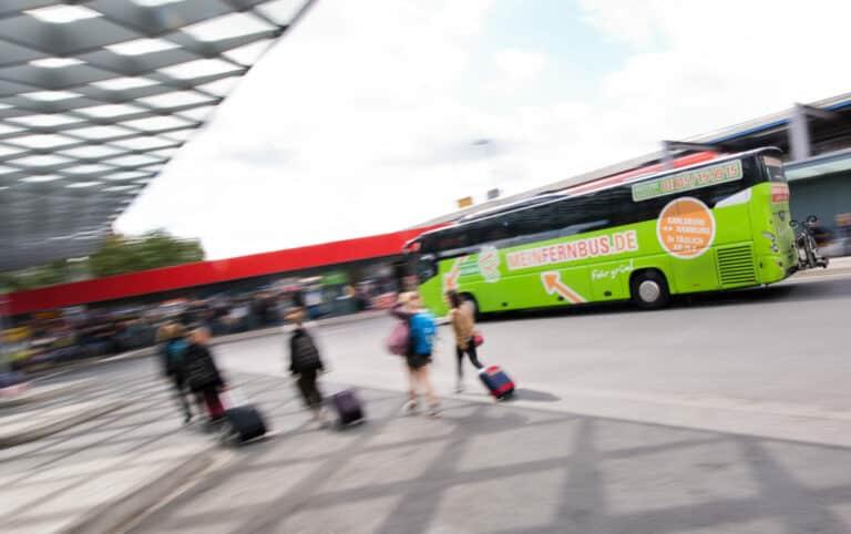 Zu sehen ist eine Reisebus Haltestelle