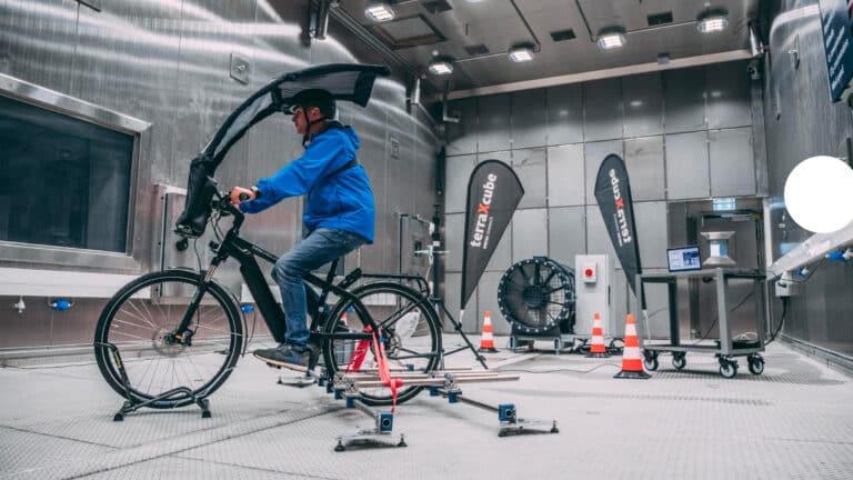 Zu sehen ist ein Regenschutz für Fahrradfahrer