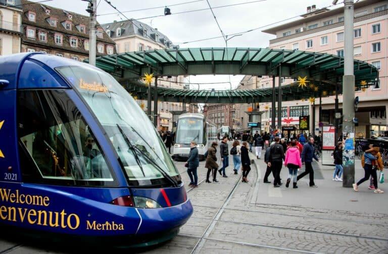 Zu sehen sind Straßenbahnen in Straßburg