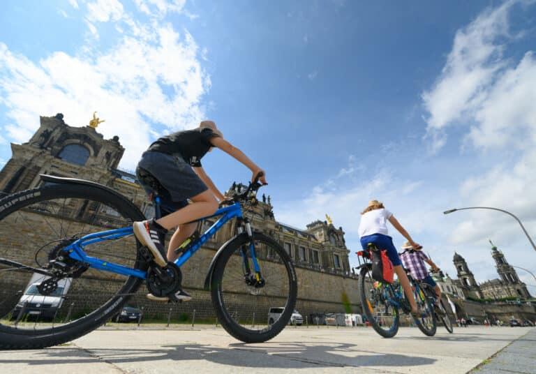 Zu sehen sind Fahrradfahrer vor dem Bundestagsgebäude