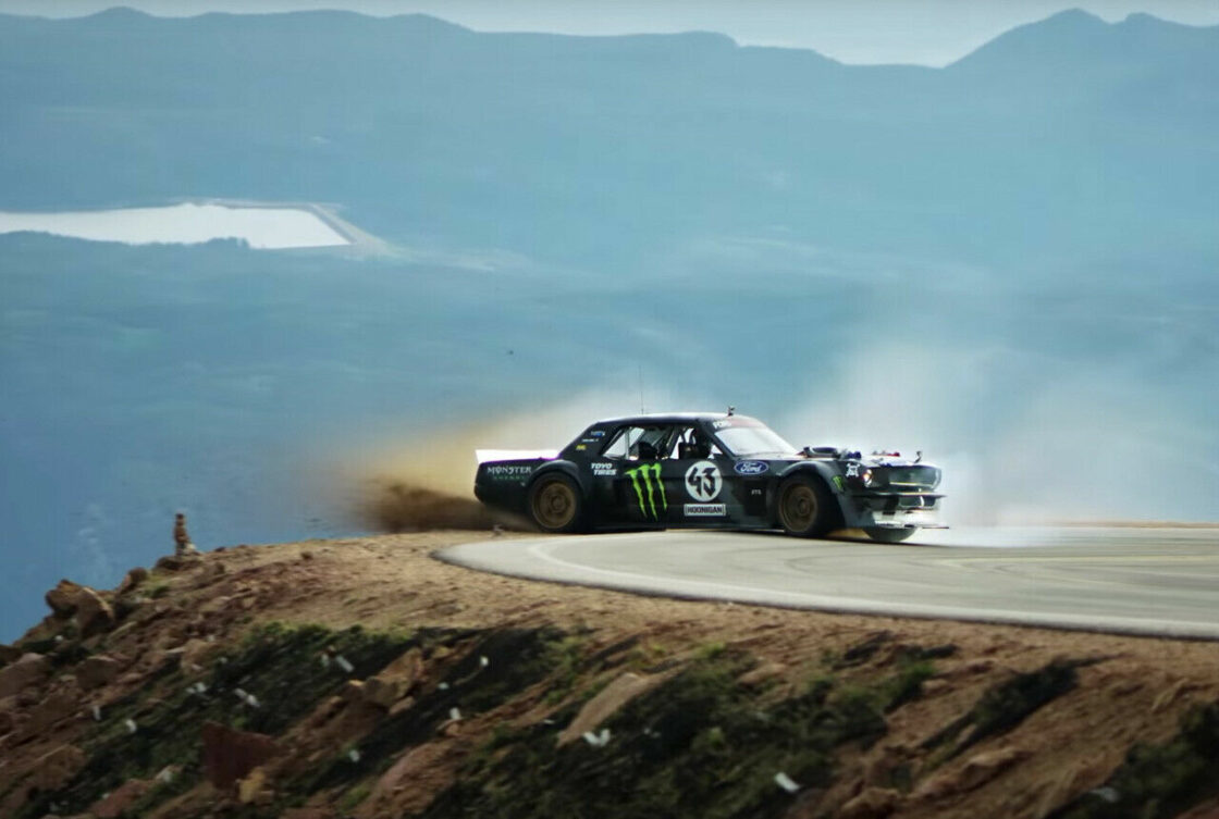Zu sehen ist der Rallye-Fahrer Ken Block in einem Ford Mustang
