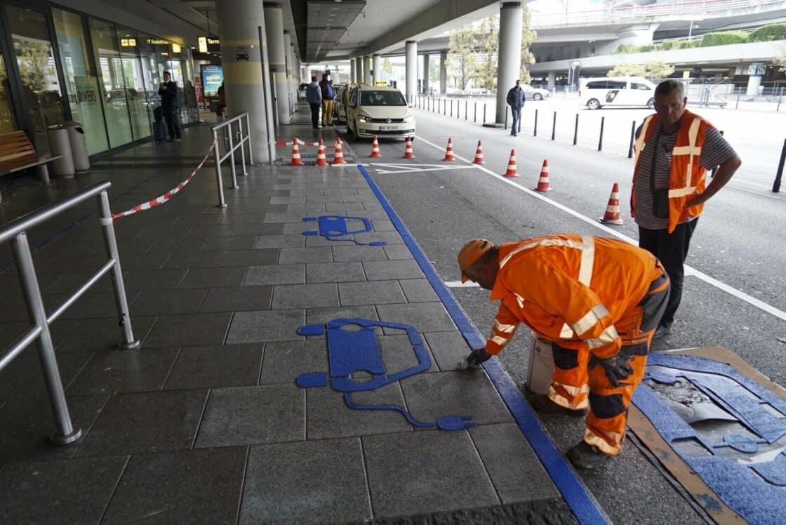Zu sehen ist ein Parkplatz speziell für E-Autos am Hamburger Flughafen
