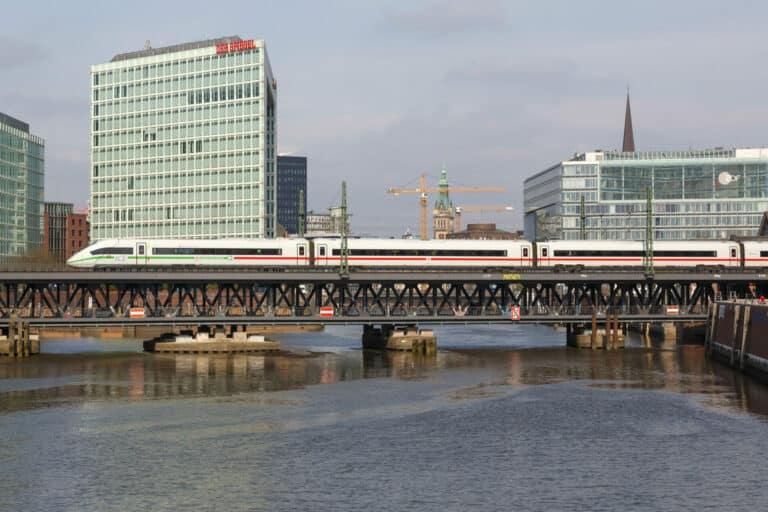 ICE 4 Zug der Deutsche Bahn DB auf der OberhafenbrÃ_cke in Hamburg, Deutschland
