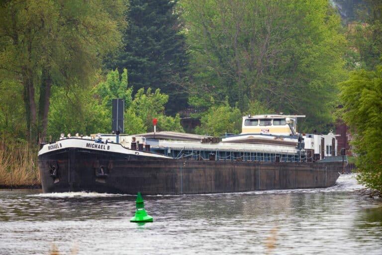 Ein Frachter fährt durch eine Binnenwasserstraße