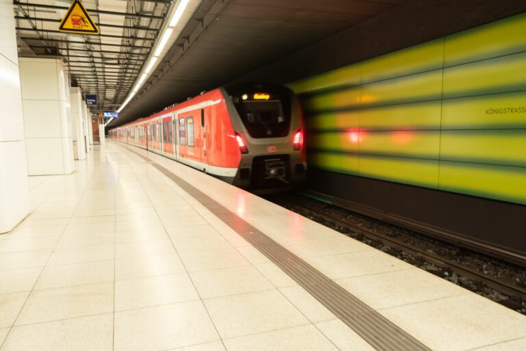 Ein Zug fährt in einem Bahnhof ein