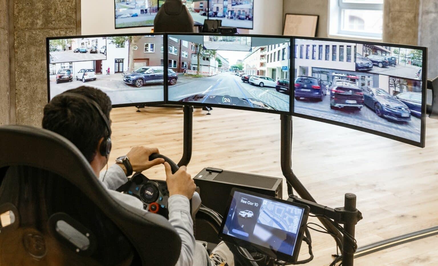 Ein Telefahrer des Mobilitätsanbieters Vay steuert ein Auto per Fernsteuerung. Die Fahrzeuge werden so, ohne Fahrer im Auto, punktgenau zum Kunden gefahren und bereitgestellt, und nach der Fahrt wieder per Telefahrer geparkt oder weitergefahren.