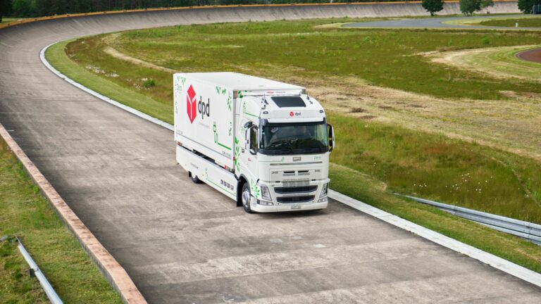 Ein Elektro-Lkw fährt auf der Continental-Teststrecke Contidrom
