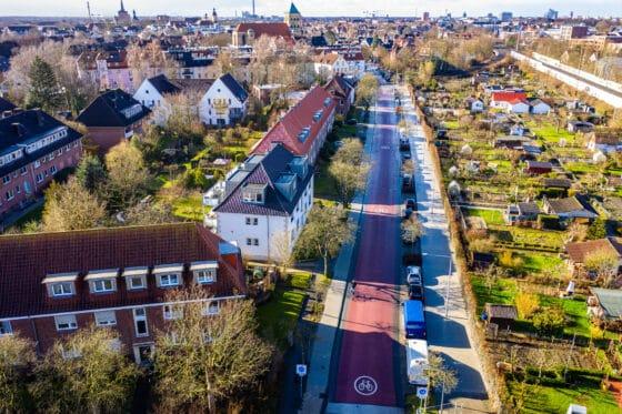 Zu sehen ist ein großer, langer Fahrradstreifen in Münster