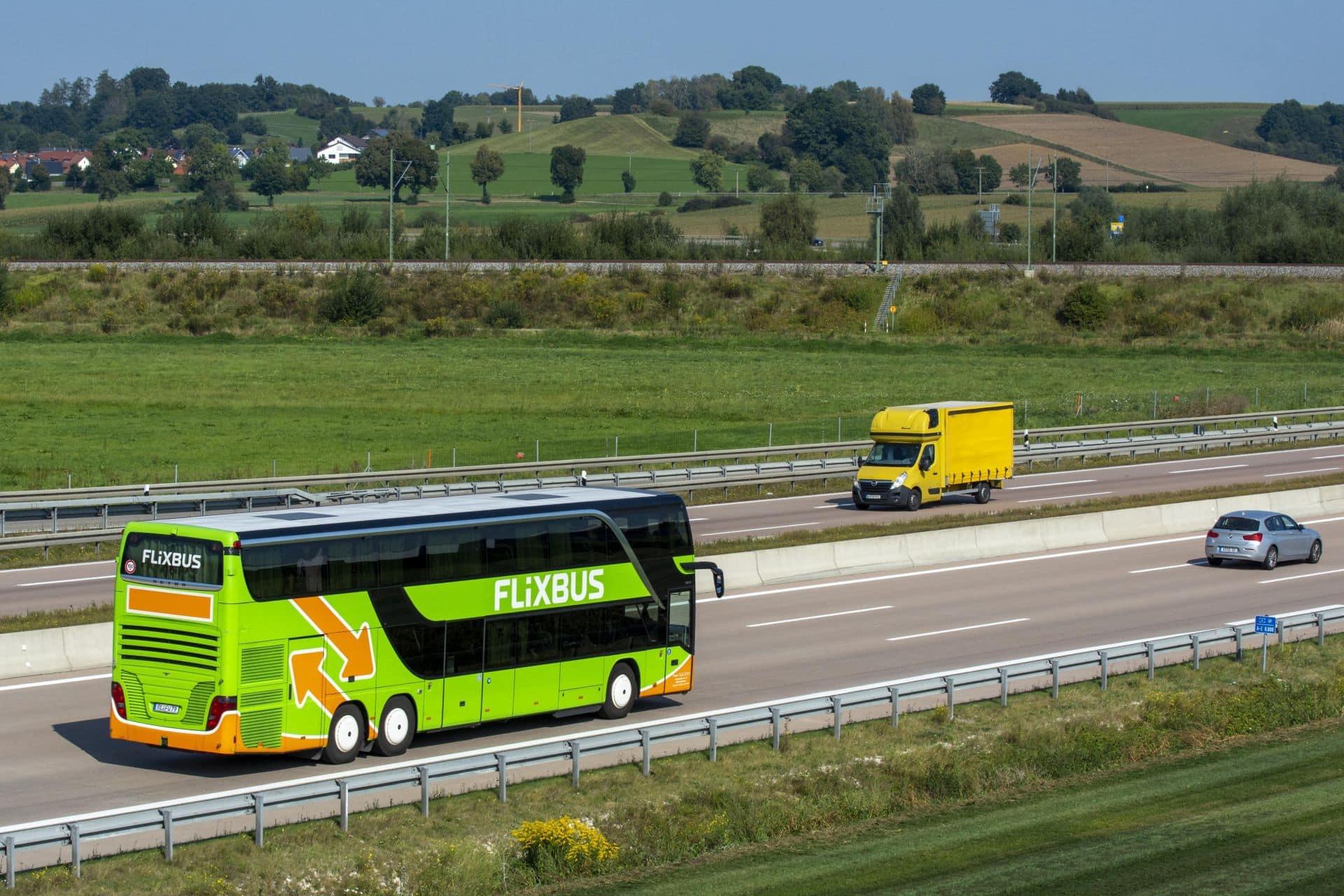 Reisebus, Fernbus der Firma FlixBus fährt auf der Autobahn A8 bei Jettingen, Bayern, Deutschland, Europa