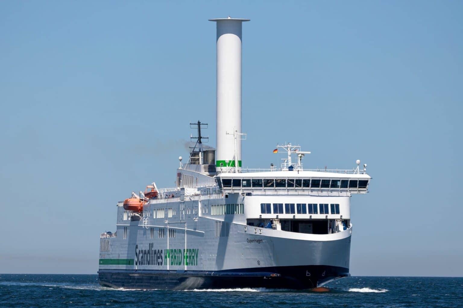 Das Rotor-segelschiff Copenhagen fährt auf dem Wasser