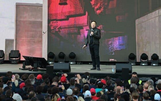 Elon Musk, Tesla-Chef, steht zum Tag der offenen Tür auf eine Bühne der Tesla Gigafactory. In Grünheide, östlich von Berlin, sollen ab Ende 2021 die ersten Fahrzeuge vom Band rollen. Das US-Unternehmen will hier jährlich rund 500.000 Exemplare vom Model Y bauen.