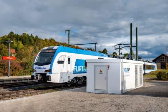 Ein Zug steht an einer Schnellladestation für Batteriezüge
