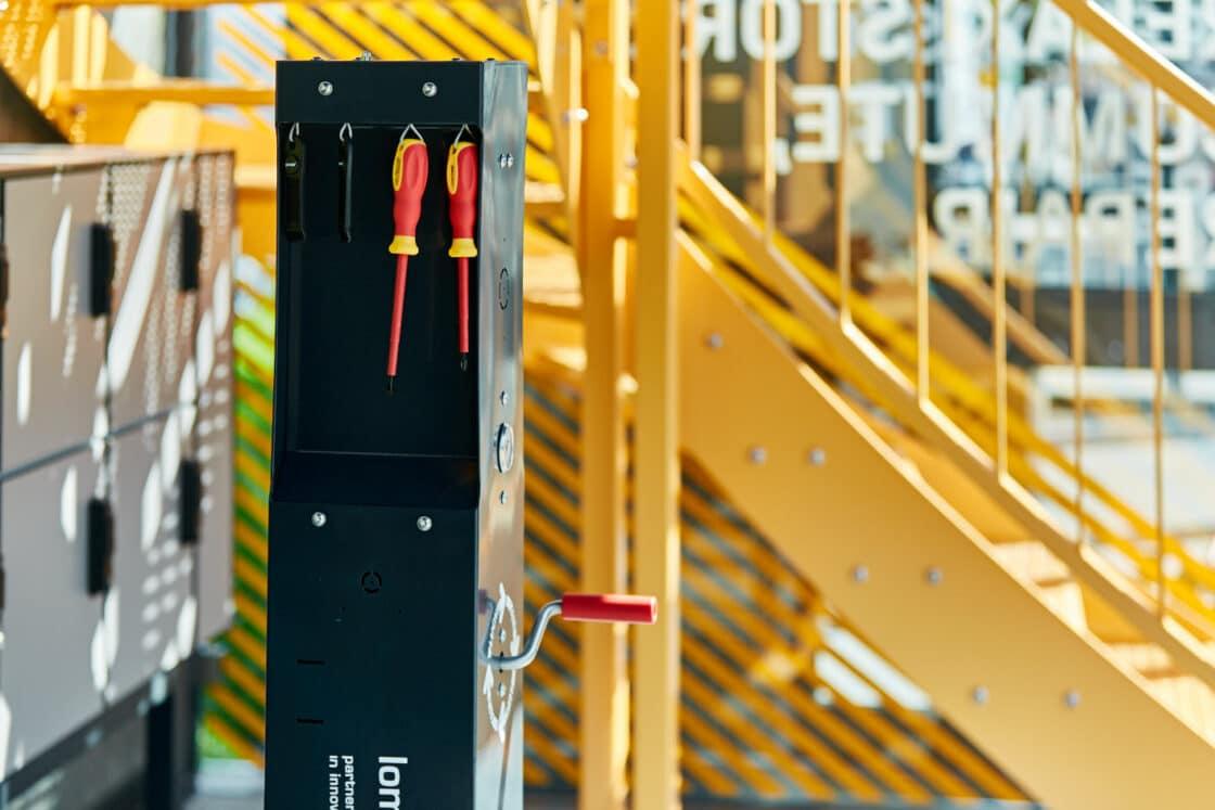 Zu sehen ist ein Werkzeugkasten im VeloHub Stand-Gebäude