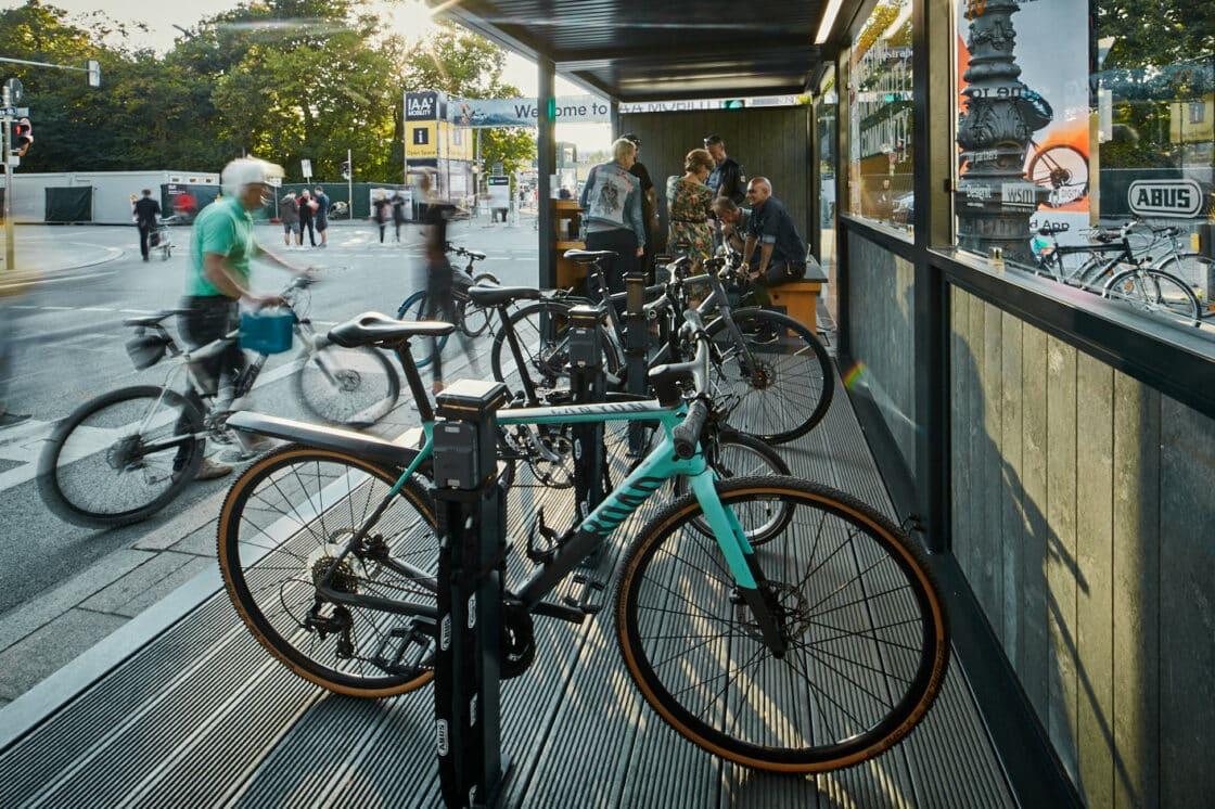Zu sehen sind VeloHub Fahrräder